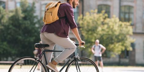 Por qué ir en bici en una gran ciudad- chico en bicicleta